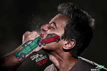 Pięść z rysunkiem samochodu, która uderza w twarz z rysunkiem auta. Uderzenie symbolizuje wypadek.