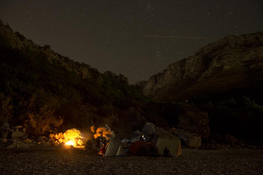 Ognisko nocą na plaży