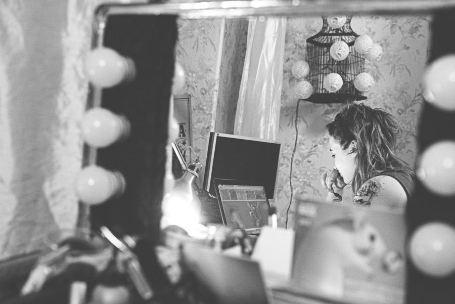 Odbicie Hakierki i dwóch monitorów lustrze