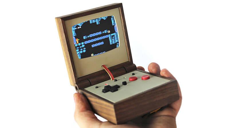 Gameboy w drewnianym puzderku