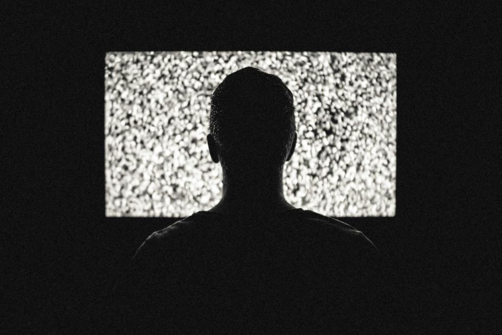 Człowiek na tle ekranu kinowego