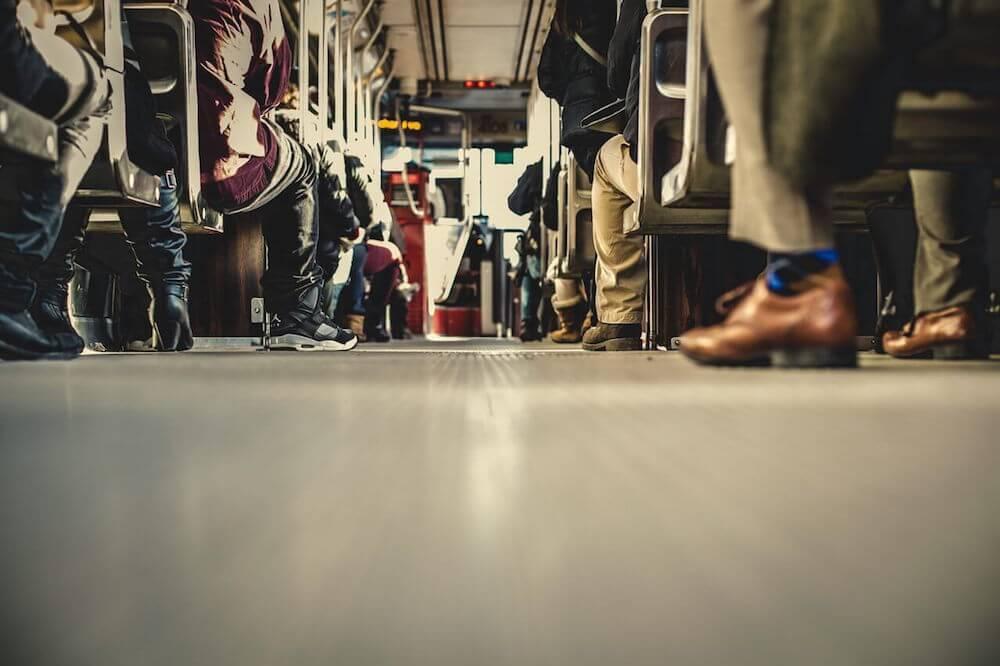 Nogi ludzi w zatłoczonym autobusie