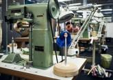 Maszyna w fabryce lalek, głowa lalki nabita na metalowy bolec