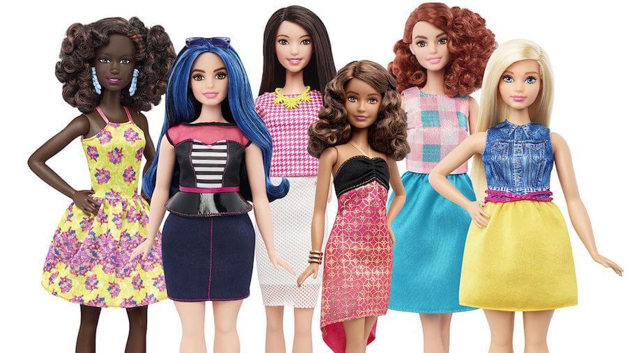 Wysokie lalki przedstawiające afroamerykankę, azjatkę i rudowłosą dziewczynę, krągła blondynka i niebieskowłoska lalka oraz drobna, śniada lalka.