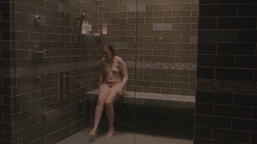 Hannah Horvath, bohaterka serialu Girls, siedzi naga pod prysznicem