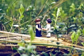 Figurki lego przedstawiające Hana Solo i Księżniczkę Leię ze Star Wars wśród trawy