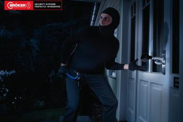 Reklama ze złodziejem włamującym się do domu