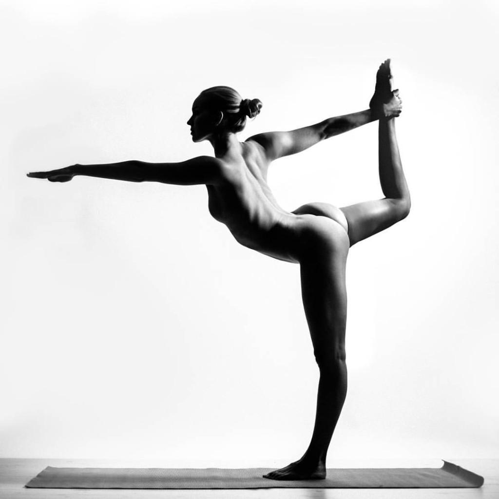 Naga joginka, która usuwa sobie w Photoshopie sutki aby Instagram nie usuwał jej prac