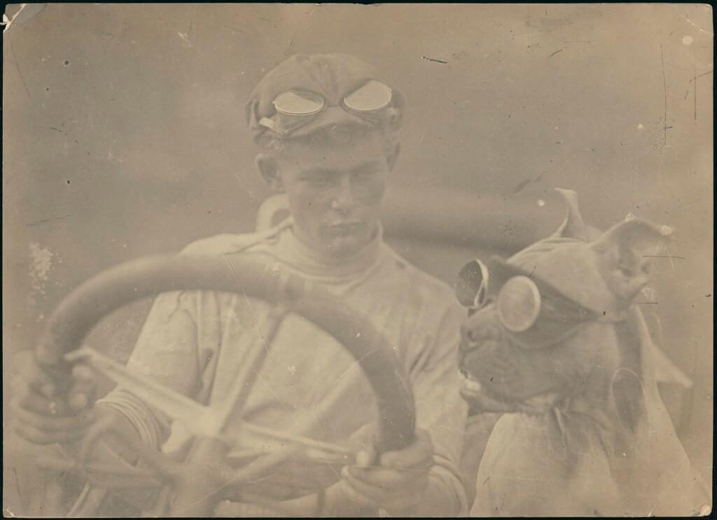 Stare zdjęcie kierowcy wyścigowego bolidu i psa