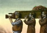 Trumna niesiona przez trzech mężczyzn. Koniec trumny jest w kształcie kamery, którą trzyma żołnierz.