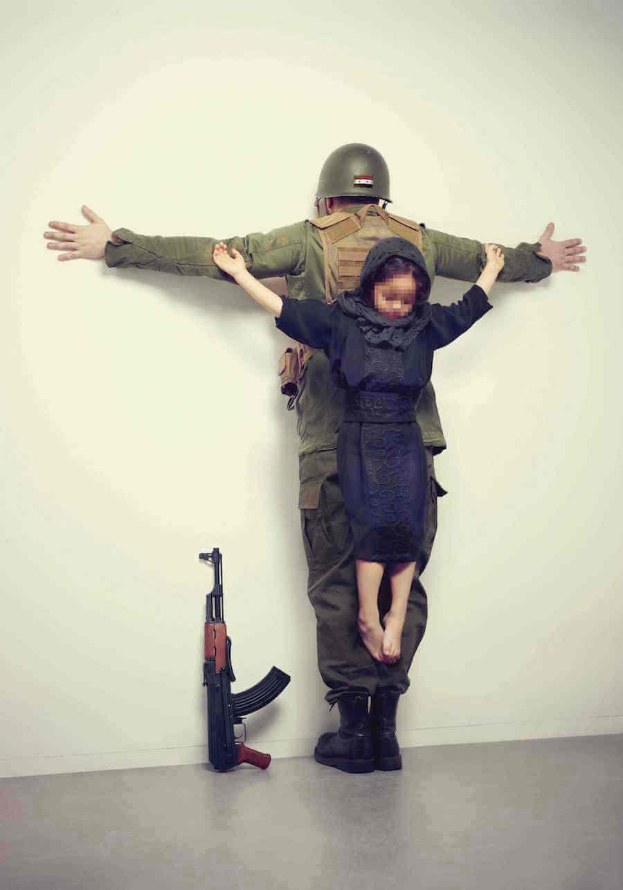 Dziecko ukrzyżowane na plecach żołnierza
