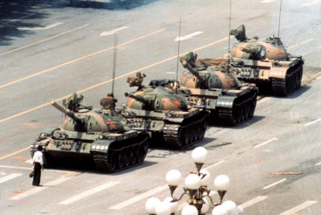Podczas masakry na placu Tiananmen, mężczyzna zatrzymuje kolumnę czołgów.