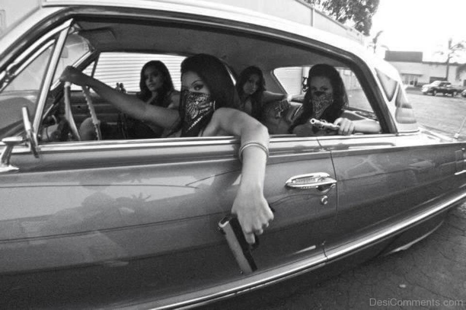 Dziewczyny z pistoletami w aucie