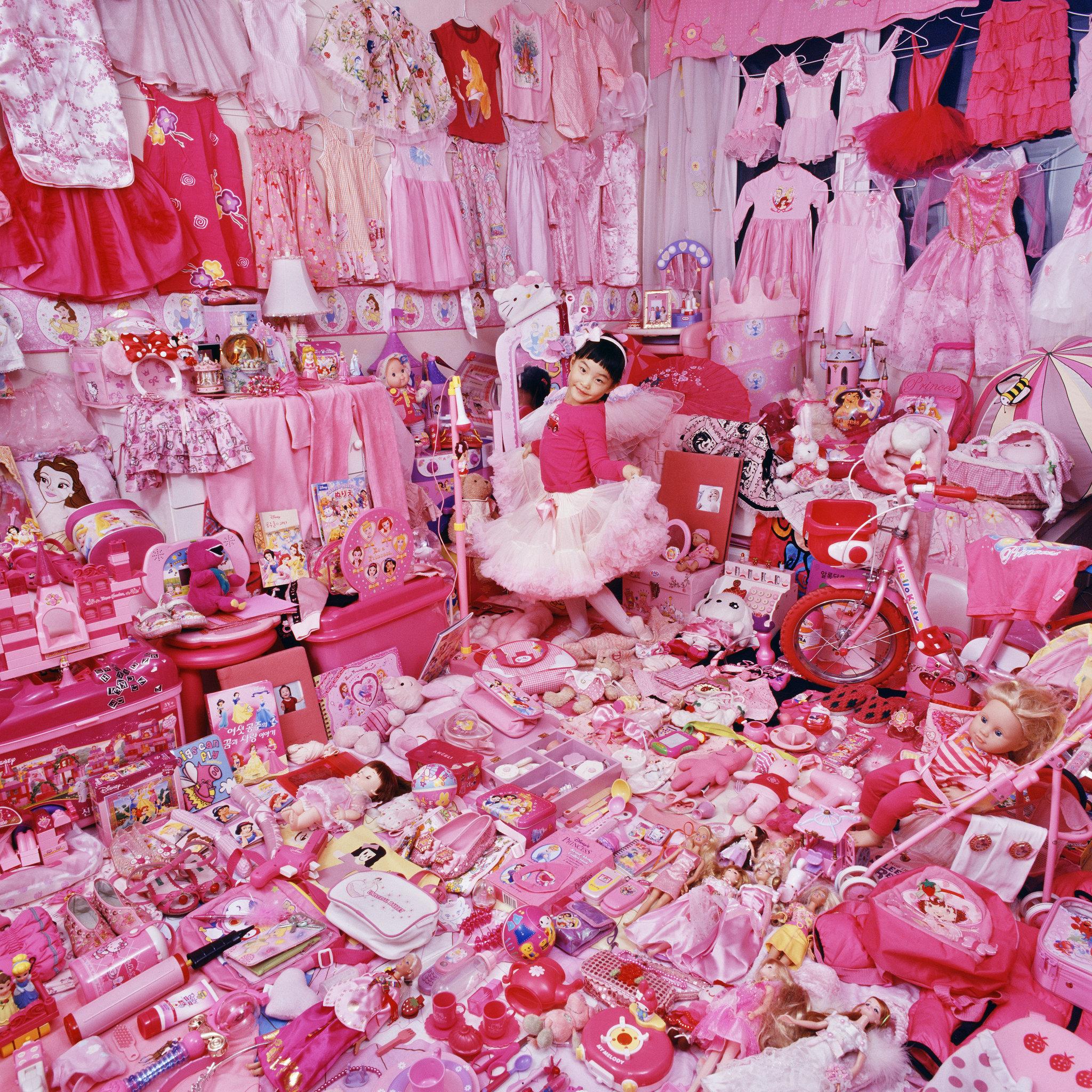 Dziewczynka ubrana na różowo wśród jedynie różowych ubranek i zabawek.