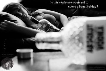 Butelka wódki z kobietą na kanapie w tle. Na zdjęciu napis: Is this really how you want to spend a beautiful day?