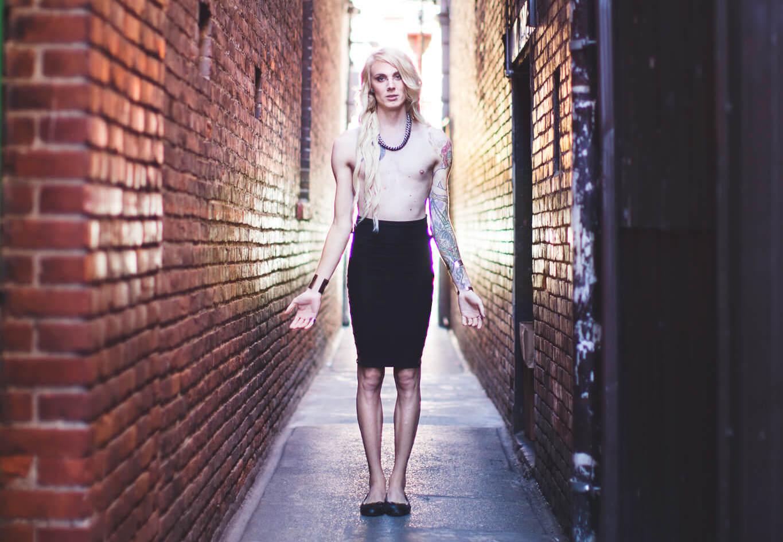 Courtney Demone, transseksualna kobieta, topless